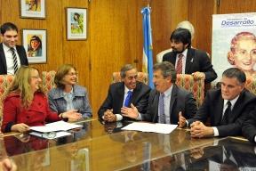 Urribarri rubricó con Alicia Kirchner la adhesión al programa nacional: Mujeres entrerrianas podrán capacitarse y asociarse en cooperativas para trabajar