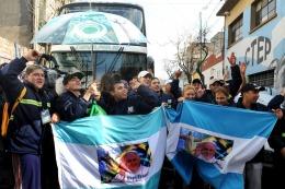 EN BRASIL: Un grupo de cartoneros le entregó al Papa una cruz de cartón y una bandera de San Lorenzo