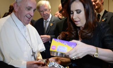 Brasil: Cristina saludó al Papa quien le regaló zapatitos y medias blancas para su nieto