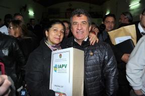 Urribarri entregó carpetas en Colón: Está en marcha un programa estatal para mejorar viviendas humildes