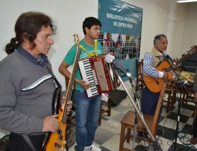 Es una tradición de los pueblos originarios: Caña con ruda en la Biblioteca Provincial junto a músicos y escritores