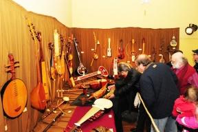 Continúan otras exhibiciones durante el mes: El Museo de Artesanías festejó su 34º aniversario con la muestra Años con cuerdas