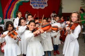 En barrio Mosconi de Paraná: Estudiantes van a la escuela entusiasmados por la músic
