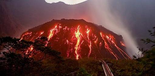 ALERTA MÁXIMA: Miles de evacuados en Indonesia por la erupción del volcán Kelud