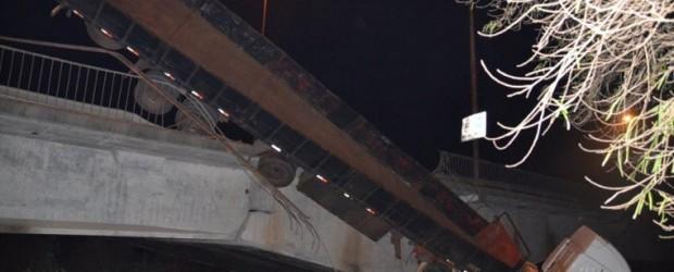 Esta madrugada: Un camión despistó y cayó por el puente en Zárate – Brazo Largo