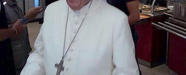 El papa Francisco, con su bandeja, en el comedor de los empleados del Vaticano