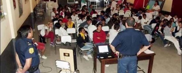 FEDERAL: Funcionarios policiales expusieron para alumnos de la Escuela Primaria 44 y Secundaria 11