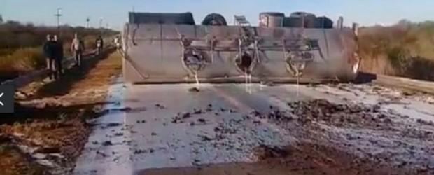 Nuevo accidente:  Camión que transportaba leche volcó y derramó la carga