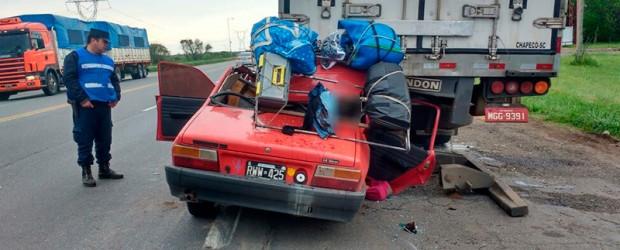Auto chocó contra un camión:  Dos muertos y tres heridos tras un fatal accidente en la ruta 12