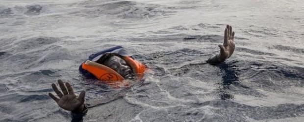 La historia detrás de la dramática foto del migrante que casi muere ahogado en el Mediterráneo