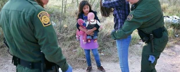 Cientos de inmigrantes que huyen de la violencia esperan asilo bajo el frío en fronteras de EE. UU.