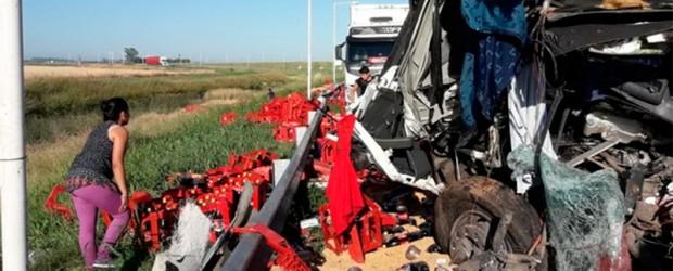 En medio de la tragedia: Tras un triple choque de camiones con un muerto, se robaron gaseosas