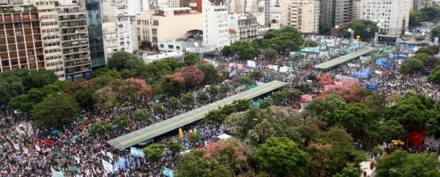 UNA MULTITUD CONTRA EL AJUSTE: El acto de los gremios y los movimientos sociales desbordó la 9 de Julio: