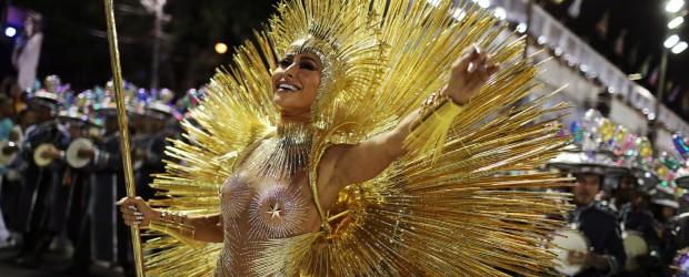 """BRASIL: Creatividad frente a la crisis y burlas contra el """"vampiro"""" Temer: las fotos de la primera noche del Carnaval de Río de Janeiro"""