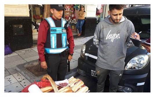 La foto que viralizó en las redes: la Policía detuvo a un vendedor de sandwiches