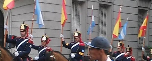 La reacción de Felipe Pigna al ver al Regimiento de Granaderos portando banderas españolas