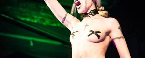 BAILARINA HOT: La profe nazi participaba en un show erótico llamado 'Burlesque Sangriento'