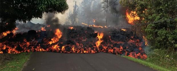 El Kilauea en erupción:  Impresionantes imágenes del volcán que destruye autos y casas en Hawaii