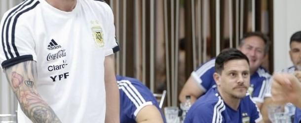 """El triunviro de la Confederación General del Trabajo (CGT) Carlos Acuña cargó hoy duramente contra el ministro de Interior, Rogelio Frigerio, a quien acusó de """"no ver la realidad"""" y de no conocer """"lo que la gente está sufriendo"""".  Fue en respuesta a las recientes declaraciones del funcionario macrista, quien había dicho que la medida de paro nacional de la CGT """"no tiene ningún sentido"""".  """"Él tiene una visión del país en el que viven ellos, que nosotros no vemos, es otra realidad, no conoce lo que está sufriendo la gente"""", lanzó Acuña.  Si bien reconoció que """"un paro no soluciona nada"""", el dirigente gremial defendió la medida de fuerza al sostener que """"los cortes son una forma de manifestarse"""" para que """"el Gobierno entienda que las cosas no están bien"""".  """"Un paro no soluciona nada, ni va a arreglar el país, es un desahogo de la gente y una expresión para que el Gobierno entienda que las cosas no están bien. A nadie le gusta parar.  Esto que sucede es responsabilidad del Gobierno"""", afirmó Acuña. En declaraciones a radio Mitre, explicó que """"la gente no sale a protestar para perjudicar, sale por el hambre y la falta de trabajo"""". Sobre el nivel de adhesión al paro, Acuña vaticinó que este lunes """"no va a ir nadie a trabajar""""."""