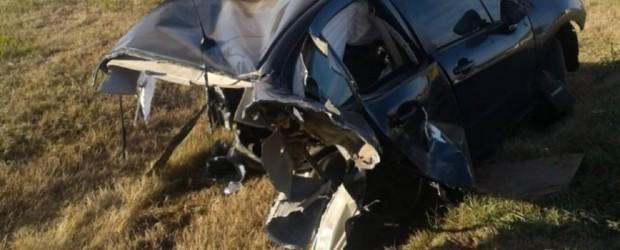 Un hombre chocó con su auto que se partió en dos y salió caminando en Santa Fe
