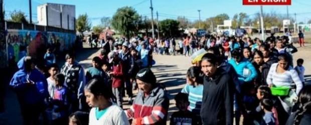 """DUELE ARGENTINA: Cientos de personas por un plato de comida en Rosario: """"nunca vimos esto"""""""