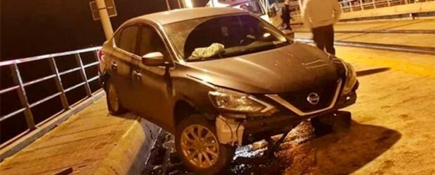 """Despistó un auto y quedó """"colgado"""" sobre las vías del puente Salto Grande"""