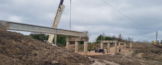 Comenzaron a colocar las vigas del futuro puente sobre Arroyo Hernandarias