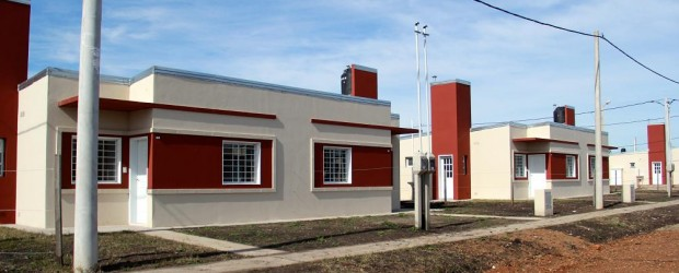 CONSCRIPTO BERNARDI, BOVRIL Y ALCARAZ:  Rubricaron contratos para construir, con recursos provinciales, nuevas viviendas