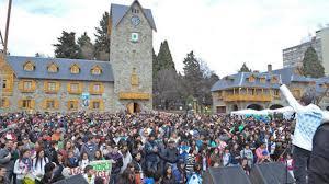ESTE MARTES: Los viajes de turismo estudiantil a Bariloche se realizan en los plazos estipulados
