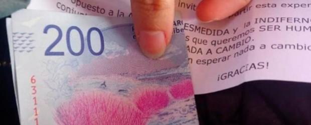 Buen gesto: En un tren, anciano repartió billetes de 200 pesos con un particular mensaje