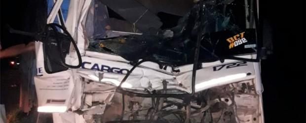 Conductor hospitalizado: Camión quiso realizar un sobrepaso y chocó a otro vehículo de carga