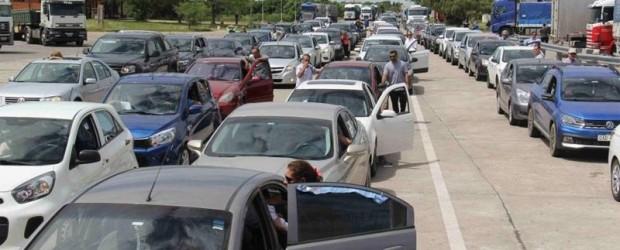 Beneficiados por la devaluación del peso: Se registran kilómetros de cola en frontera de Uruguay para ingresar a Argentina