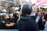 Con bastonazos y gas pimienta, la Policía reprimió a trabajadores de Coca Cola