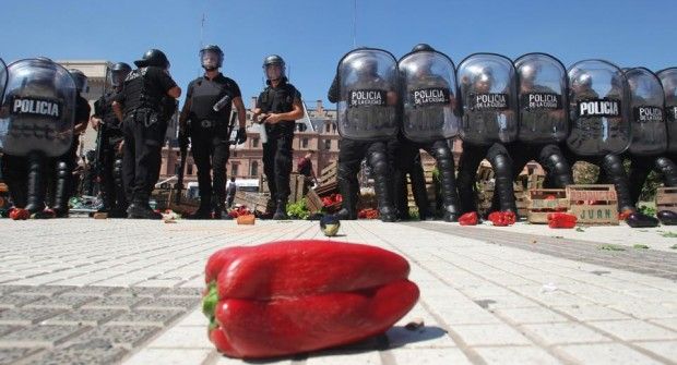 La policía impidió un feriazo y se llevó las verduras: Las imágenes de la represión en Constitución