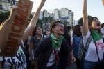 Paro 8M: Con fuertes críticas a Macri, la CGT y la CTA, las mujeres pararon el país