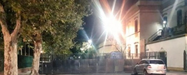 Clarín amaneció vallado por despidos y trabajadores convocan a una movilización