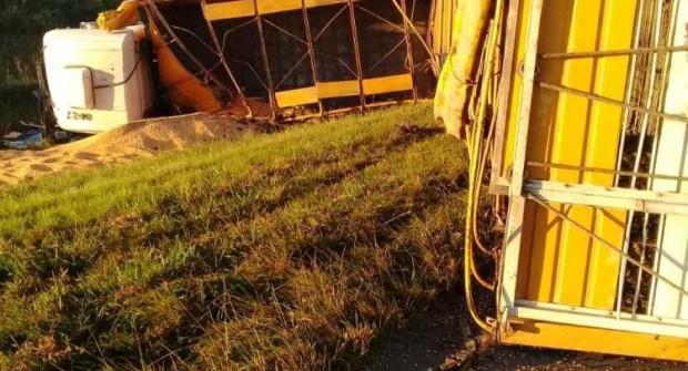 RUTA 127: Colisionó a otro camión por detrás y volcó