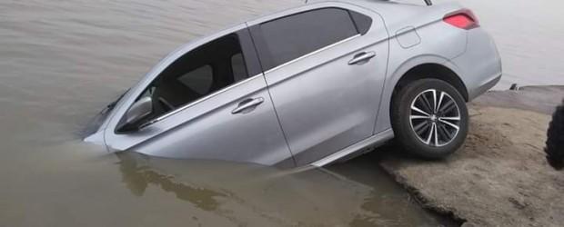 Un auto cayó al río en el puerto de La Paz