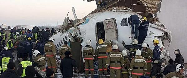 KAZAJISTÁN: Al menos 12 muertos al estrellarse un avión con 98 personas a bordo en Kazajistán