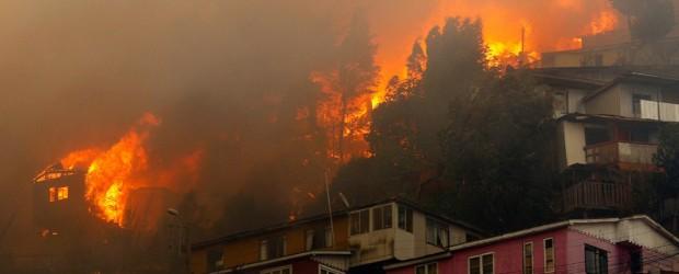 """CHILE: Devastadores incendios en Chile: """"Alguien quiere ver destruido Valparaíso"""""""