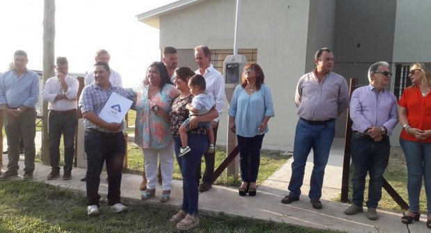 C. BERNARDI: El gobernador Gustavo Bordet entregó nuevas viviendas